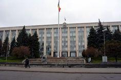モルドバの首都・キシニョフの中心部で、首相官邸など複数の省庁が入る政府庁舎=2014年4月12日、坂口裕彦撮影 ▼13Apr2014毎日新聞|ウクライナ隣国:モルドバ大統領、EU加盟目標を維持 http://mainichi.jp/select/news/20140413k0000m030118000c.html #Moldova