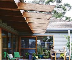Outdoor deck tips: 5 things you need to know - Modern Small Outdoor Spaces, Indoor Outdoor Living, Outdoor Decor, Outdoor Decking, Wooden Pool Deck, Deck Finishes, Deck Colors, Concrete Porch