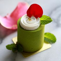 Feb 11 Kong。Dessert。Greentea & Red Bean Cake This is small but tasty Green Tea & Red Bean Cake for the weekend ! Fancy Desserts, Delicious Desserts, Petit Cake, Decoration Patisserie, Acerola, Bean Cakes, Individual Cakes, Pastry Art, Beautiful Desserts