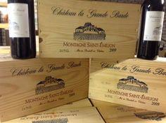 2009 Château La Grande Barde Saint Emilion 6 flessen 750 ml.  Een prachtige rode Bordeaux van het Chateau La Grande Barde (met vermaarde en dure buren!!. Dit is het zusterperceel van Chateau Haut Saint Georges en van dezelfde eigenaarHet topoogstjaar 2009 is nog beperkt verkrijgbaar en heeft de hoogste rating ooit (Vintage Chart 20 op 20).. Deze wijn is op zich al zeldzaam omdat ook dit domein slechts een gelimiteerd aantal flessen per jaar uitlevert.Een volle wijn met veel kracht bijna…