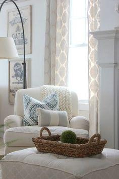 ジャガード織りの陰影柄のカーテンもおすすめ。やさしい生成りのカラーでまとめた素敵なインテリアです。