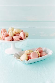 Macaronit raparperitäytteellä   K-ruoka #macaroons Macaronit eli ranskalaiset mantelileivokset ovat kaunis juhlapöydän tarjottava.