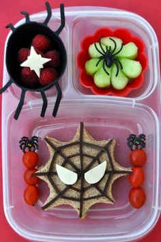 creepy school lunch ideas for kids (great for a Halloween party too?) These frightfully fun Halloween bento box ideas are sure to scare your kids into eating their school lunch. Easy Lunch Boxes, Bento Box Lunch, Lunch Snacks, Toddler Meals, Kids Meals, Beste Lunchbox, Halloween Lunch Ideas, Halloween Party, Spooky Halloween