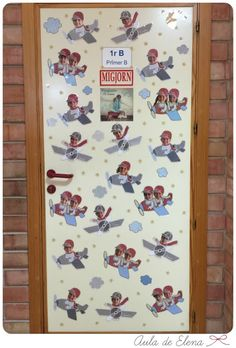 Decoración puerta clase con aviones en el Aula de Elena