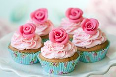 Los mejores cupcakes de vainilla con una flor decorativa de fondant, prepáralos este día de las madres o en cualquier ocasión.