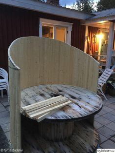 Jag blev så inspirerad av programmet Trädgårdstider och gjorde en liknande utesoffa av en gammal kabeltrumma och några ribbor. Perfekt för en stunds vila med en god bok eller liten tupplur utomhus.