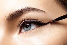 Cette astuce simple permet de ne plus jamais rater un trait d'eyeliner… Et afficher un cat eye parfait Kajal Eyeliner, Black Eyeliner, Pencil Eyeliner, Bold Eyeliner, Eye Shape Makeup, Cat Eye Makeup, Blue Eye Makeup, Winged Eyeliner Tutorial, Winged Liner