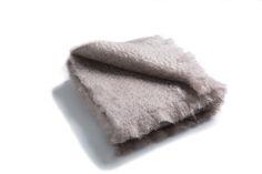 Grey Kare - Está confeccionada a mano por artesanos de Ezcaray. Su composición es 73% mohair (pelo de cabra de angora y una de las fibras naturales más valiosas del mundo) y 27% lana natural.  De aspecto esponjoso, con su abrigo el perro recibe lo más parecido al abrazo de su dueño. #HANNIKO #Mantas #MantasParaPerros #Blankets #DogBlankets #LuxuryDogs #LuxuryDogsBlankets World, Dog Blanket, Bed Covers, Fabrics, Hug