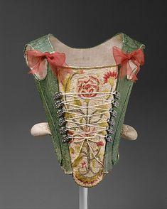 Selon le dictionnaire Larousse: » Corset -(n-m): Un corset, du vieux français cors, lui-même dérivé du latin corpus, est un sous-vêtement féminin porté du XVIe siècle au début du XXe si…