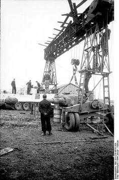Panzerkampfwagen VI Tiger during field repair with a Strabokran: Photo Repair, Tank Armor, Tiger Ii, Tiger Tank, Armored Fighting Vehicle, Ww2 Tanks, Military Diorama, Battle Tank, German Army