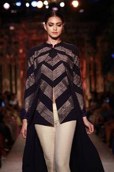 #Fashion #Runway #FashionWeek #Style #Gold #Black #Elegant #Makeup #ManishMalhotra