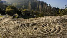 """A escasos metros de la playa de Mogor, en MARÍN, Pontevedra, se encuentra uno de los petroglifos más famosos de toda Galicia, conocido como """"Laberinto de Mogor"""". ¿QUÉ VAMOS A VER…"""