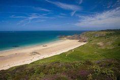 """Die Côte d'Emeraude (auf deutsch """"Smaragdküste"""") befindet sich in der Bretagne und erstreckt sich bis zum Küstenvorsprung von Grouin auf den beiden Département Côtes-d'Armor und Ille-et-Vilaine. Eine einmalige Naturstätte, folgen Sie einfach Bontourism®"""