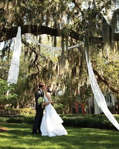 I always said I would NEVER have an outdoor wedding, until we walked around Savannah and saw all the beautiful squares.