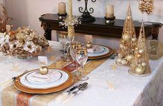 de petits sapins dorés sur la table de fête et un chemin de table en or