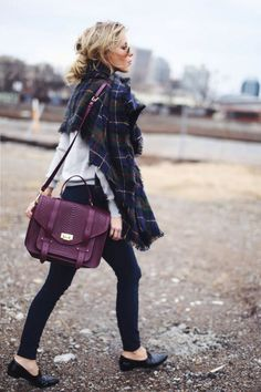 Comment porter un sac violet? bag with tartan scarf blond girl, sac avec plaid écharpe tartan à carreaux