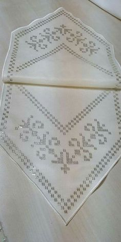 Sehpa Sehpa Hand Embroidery Designs, Embroidery Stitches, Embroidery Patterns, Threaded Running Stitch, Learning To Embroider, Hardanger Embroidery, Embroidery Fashion, Bargello, Flower Tutorial