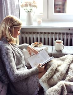 Long been obsessed with all things Scandi? You'll likely find the Danish concept of Hygge appealing. Pronounced 'hue-gah', it is best described as the philosophy of enjoying life's simple pleasures, and is now the latest buzzword in wellness thanks to a n Lazy Sunday, Lazy Days, Sunday Morning, Morning Ritual, Sunday Funday, Fashion Poses, Women's Fashion, Street Fashion, Retro Fashion