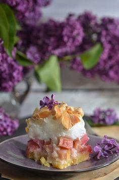 Ciasto z rabarbarem i bezową pianką - niebo na talerzu Waffles, Sweets, Breakfast, Recipes, Food, Kuchen, Morning Coffee, Gummi Candy, Essen