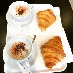 Petit déjeuner favori ! #cappuccino #croissant ☕️🥐