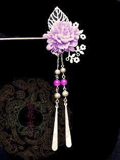 By Artist Unknown. Hair Jewelry, Body Jewelry, Jewelry Art, Jewelry Design, Fashion Jewelry, Asian Hair Pin, Women Accessories, Jewelry Accessories, Chinese Hairpin