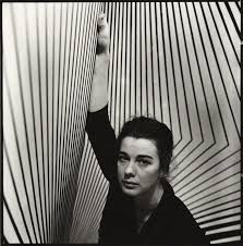 The London born artist, Bridget Riley is known as the most major proponent of optical art, or op-art. Op-art is defined as a visual artist style that makes use of optical illusions. Alberto Giacometti, Somerset, Bridget Riley Art, Sarah Lucas, Anthony Caro, Damien Hirst, National Portrait Gallery, Famous Photographers, London Art