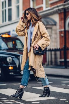 Look do dia da Camila Coutinho uma camisa + jeans, mostrando que dá pra ousar muito além do básico dessa combinação