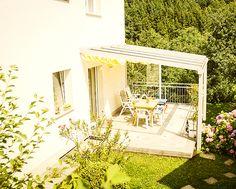 Mit einer Terrassenverglasung von Fenster-Schmidinger aus Gramastetten in Oberösterreich, können Sie auch bei Wetterumschwung ein trockenes Plätzchen genießen. Besuchen Sie unsere Website: www.fenster-schmidinger.at  #Terrassenverglasung #Fensterschmidinger #Sommergarten