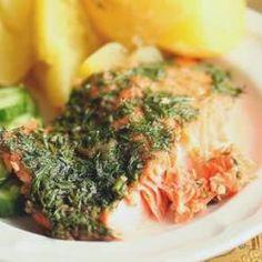 Łosoś pieczony w koperku. Niezawodny przepis na łososia. Prosty, ale jaki smakowity. Jeśli nie lubisz koperku, możesz z powodzeniem spróbować innych ziół, albo wymieszać koperek z pietruszką i cebulką dymką.