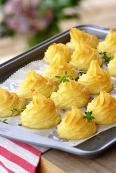 Elegant Duchess Potatoes for THANKSGIVING. Mashed potatoes piped and baked! Pretty and pretty tasty. Potato Dishes, Potato Recipes, Food Dishes, Duchess Potatoes, Yummy Food, Tasty, Le Diner, Vegetable Side Dishes, Side Dish Recipes