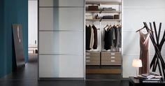 Schuifwandkasten op maat met diverse opties in kleuren en materialen. Met of zonder kastinterieur. Berg je kleding nu overzichtelijk op. Ook voor schuifwanden om meer opbergmogelijkheden te creëren in de bijkeuken, garage of op zolder. Bezoek ons ruime showroom en laat je inspireren in onze sfeerkamers.