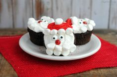 If you loved the Santa Hat Cupcakes, check out this tutorial for Santa Claus Cupcakes! Santa Claus Cupcakes Ingredients: 12 cupcakes, any flavour white frosting red frosting