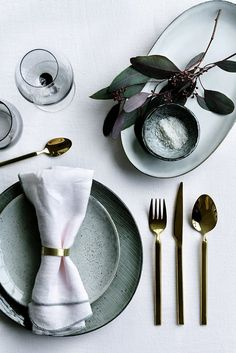 Gold plated cutlery or cutlery in brass is both simple in the design and very beautiful for a colourful summer table.