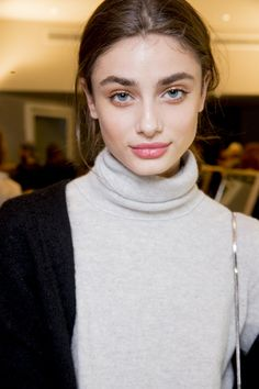 """Taylor Hill According to Butler, the Pucci Pink Lipstick was a cross between """"an old-fashioned seventies"""" red and a modern coral that was hand-blended using two iconic MAC shades in Lady Danger and On Hold, then dabbed lightly on the center of the lip. Taylor Marie Hill, Taylor Hill Style, Best Pink Lipstick, Natural Lipstick, Lipstick Mac, Liquid Lipstick, Beautiful Eyes, Beautiful People, Mac Shades"""
