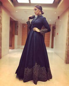 Lehenga cerimonial bordado em seda banglori azul na moda - Indians - Indian Gowns Dresses, Pakistani Dresses, Indian Party Wear Gowns, Indian Formal Dresses, Anarkali Dress, Anarkali Suits, Designer Gowns, Indian Designer Wear, Indian Designers