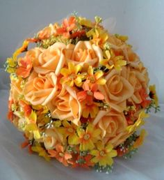 Bouquet confeccionado com rosas super delicadas de e.v.a. em tom de amarelo, pétalas fininhas super próximas às rosas naturais e flores do campo. Detalhes do Bouquet: * Folhagens na base do buquê * Tule amarelo na base do buquê * Fitas de cetim cor champanhe envolvendo a haste * Laço de cetim com um lindo broche Medidas: 30cm comprimento 64cm circunferência 22cm diâmetro Os bouquets são personalizados conforme a sua escolha! Confecciono o buque da daminha e da madrinha no ...