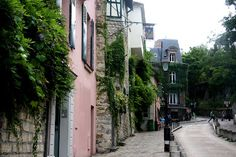 Wonder the streets of Monmatre, Paris