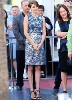 Shaylene Woodley con un vestido sin mangas en jacquard azul y plata de Preen colección Pre-Fall 2014.