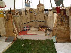 Indianer-Tipi mit Kriegshemden, Lederkleidern, Schild und Backresten ..... www.redstar-tradingpost.com