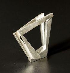 'Arquitectural Spatial' silver ring by Oscar Abba Geometric Jewelry, Modern Jewelry, Jewelry Art, Jewelry Rings, Silver Jewelry, Jewelry Accessories, Jewelry Design, Silver Rings, Ceramic Jewelry