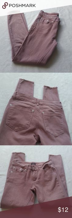 🌷NWOT.🌺 MAUVE PINK ANKLE SKINNIES. SZ 3/4 New. Never worn  Rue 21 mauve pink ankle skinnies   Slight frayed ankle detailing  Super cute fit  Perfect for spring!!🌷🌺 Rue21 Jeans Ankle & Cropped