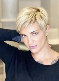 Short Pixie Haircut in Various Colors for Small Faces and Round Faces - The First-Hand Fashion News for Females Pixie Haircut For Thick Hair, Short Choppy Hair, Short Pixie Haircuts, Short Hair With Layers, Short Blonde, Short Hair Cuts For Women, Pixie Hairstyles, Short Hair Styles, Haircut Short