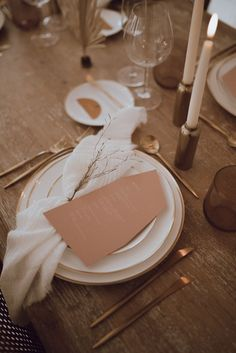 Neutral + gold table details | Image by Michelle Gonzalez | wedding tablescape
