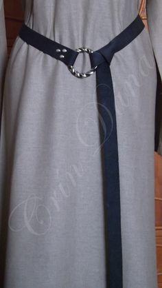 Cinto inspirado nos cintos longos utilizados por vários povos da Antiguidade e Medievo Europeus, em couro preto e metal.