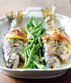 Baked trout with bacon, thyme and green beans Baked Trout, Best Food Ever, Japchae, Fish Recipes, Asparagus, Green Beans, Seafood, Grilling, Bacon