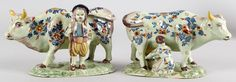 Twee antieke Delftse polychrome aardewerken koeien met boer en boerin 18e-19e eeuw gemerkt VR