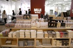 LIVING - 無印良品 (Muji) is a fairly iconic Japanese brand that uses a vertical integration model: they sell their own branded clothing, stationary, household goods, and food. Muji Stationary, Stationary School, School Stationery, Stationery Shop, Cute Stationery, Kenya Hara, Muji Store, Visual Merchandising, Cute School Supplies
