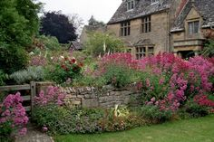 Beautiful garden in Chipping Campden, Cotswolds, England English Country Gardens, English Countryside, Design Patio, Garden Design, Houses Architecture, Pictures Of England, Bouquet Champetre, Photos Voyages, Garden Pictures