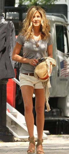 like cuffed, khaki shorts that can be work with chunky belt, fit is on the loose side Jenifer Aniston.love her style! Casual, comfy, and still cute and highlights her shape Estilo Jennifer Aniston, Jenifer Aniston, Look Fashion, Womens Fashion, Fashion Trends, Street Fashion, Fashion Shoes, Look Con Short, Mode Inspiration