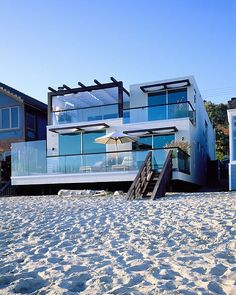 Uff!! Un sueño. Conseguir una casa así de cerca al mar, bien difícil y sumamente costoso. Por lo menos en el área, cerca, como el apartamento de Combate que fui a casa abierta y robó mi corazón.